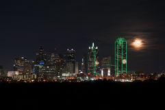 Skyline de Dallas na noite Fotos de Stock Royalty Free