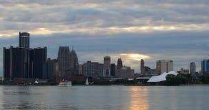 A skyline de Detroit de Belle Isle como a escuridão cai 4K filme