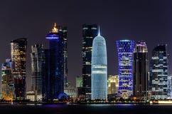 Skyline de Doha, Catar na noite Fotografia de Stock Royalty Free