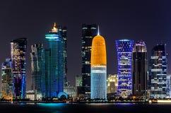 Skyline de Doha, Catar na noite Fotos de Stock Royalty Free