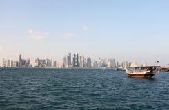 Skyline de Doha e extremidade 2012 do dhow Foto de Stock