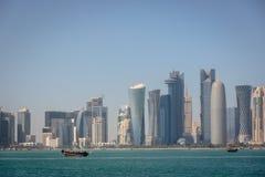 A skyline de Doha em um dia de inverno do embaçamento em Catar fotos de stock royalty free