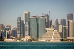 A skyline de Doha em um dia de inverno do embaçamento em Catar fotografia de stock