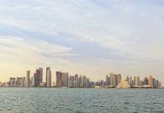 Skyline de Doha no por do sol fotografia de stock