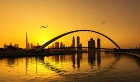 Skyline de Dubai através do canal Imagens de Stock Royalty Free
