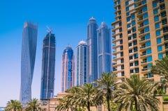 Skyline de Dubai com arranha-céus em um dia ensolarado imagens de stock