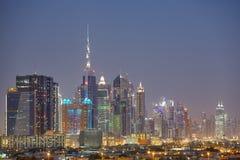Skyline de Dubai na noite, Emiratos Árabes Unidos Imagem de Stock Royalty Free