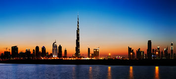 Skyline de Dubai no crepúsculo visto da costa do golfo Imagens de Stock Royalty Free