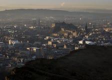 Skyline de Edimburgo e de castelo e de Salisbúria de Edimburgo penhascos fotos de stock