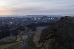 Skyline de Edimburgo e penhascos de Salisbúria fotografia de stock