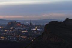 Skyline de Edimburgo e penhascos de Salisbúria na noite fotos de stock royalty free