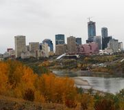 Skyline de Edmonton nas folhas de Autumn With Foreground Of Colourful fotografia de stock