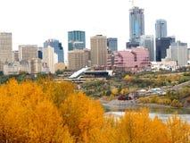 Skyline de Edmonton nas folhas de Autumn With Foreground Of Colourful fotografia de stock royalty free