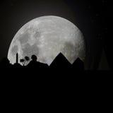 Skyline de Egipto em a noite com lua ilustração royalty free