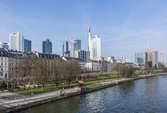 Skyline de Francoforte - am - cano principal com arranha-céus Imagens de Stock Royalty Free