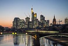 Skyline de Francoforte na noite Fotos de Stock Royalty Free