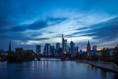 Skyline de Francoforte na noite Foto de Stock Royalty Free