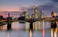 Skyline de Francoforte no crepúsculo em HDR Imagens de Stock Royalty Free
