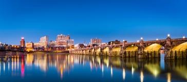 Skyline de Harrisburg e a ponte histórica da rua do mercado Foto de Stock