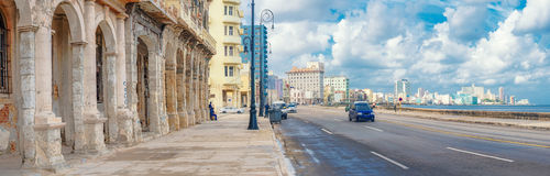 A skyline de Havana ao longo da avenida de Malecon Imagens de Stock Royalty Free