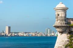 Skyline de Havana com torre de uma fortaleza colonial Fotos de Stock Royalty Free