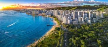 Skyline de Honolulu com parte dianteira de oceano fotografia de stock royalty free