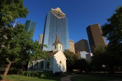 Skyline de Houston de Sam Houston Park imagens de stock royalty free
