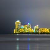 Skyline de ilhas ensolaradas de Miami na noite com reflexões no OC Imagem de Stock