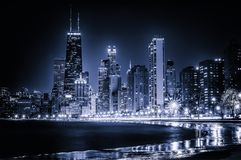 Skyline de incandescência dos azuis de Chicago na noite fotografia de stock