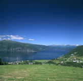 A skyline de Innvikfjord Fotos de Stock Royalty Free