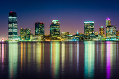 A skyline de Jersey City na noite, vista do cais 34, Manhattan, Imagem de Stock