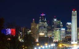 Skyline de Kansas City com Liberty Memorial Fotos de Stock Royalty Free