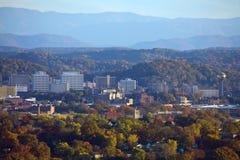 Skyline de Knoxville com montanhas fumarentos imagem de stock