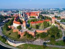 Skyline de Krakow, Polônia, com monte de Wawel, catedral e castelo Fotos de Stock Royalty Free