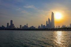 Skyline de Kuwait na tarde Sun fotos de stock royalty free