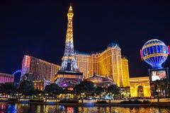 Skyline de Las Vegas e hotel & casino de Paris iluminados fotografia de stock