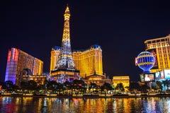Skyline de Las Vegas e hotel & casino de Paris iluminados imagem de stock