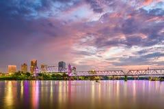 Skyline de Little Rock, Arkansas, EUA no Arkansas River foto de stock