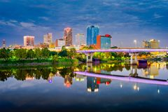 Skyline de Little Rock, Arkansas, EUA no Arkansas River fotos de stock royalty free
