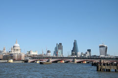 Skyline de Londres através do rio Tamisa Imagens de Stock Royalty Free