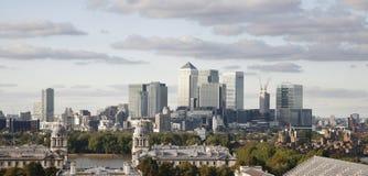 Skyline de Londres, cais amarelo Fotografia de Stock