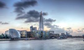Skyline de Londres como visto da ponte da torre Imagens de Stock