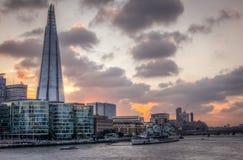 Skyline de Londres como visto da ponte da torre Fotos de Stock Royalty Free