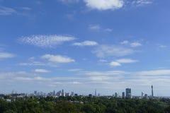 Skyline de Londres do monte da prímula imagens de stock royalty free