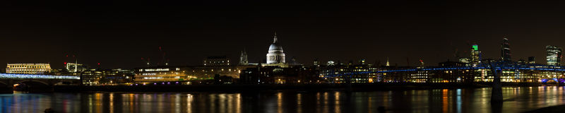 Skyline de Londres na noite Foto de Stock Royalty Free