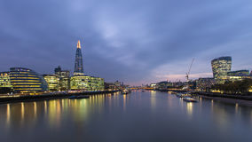 Skyline de Londres na noite O estilhaço Salão de cidade Fotos de Stock Royalty Free
