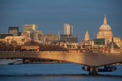 Skyline de Londres no por do sol do rio Tamisa Ponte de Waterloo e catedral de St Paul imagem de stock