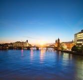 Skyline de Londres no rio Tamisa no por do sol Imagens de Stock Royalty Free