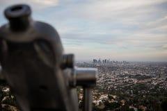 Skyline de Los Angeles com binóculos fotografia de stock
