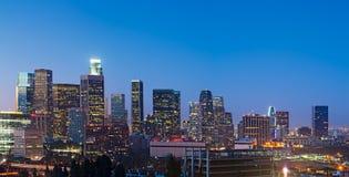 Skyline de Los Angeles no crepúsculo Imagens de Stock